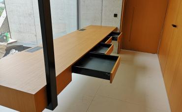 interiérový obklad Teak + stôl + dvere