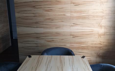 obklad interiéru a stolík dyha javor