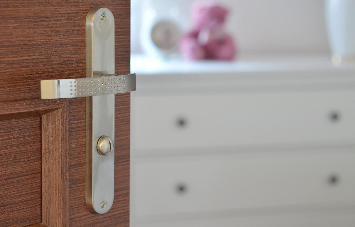 Dvere s kvalitných materiálov a rôznorodého dizajnu.